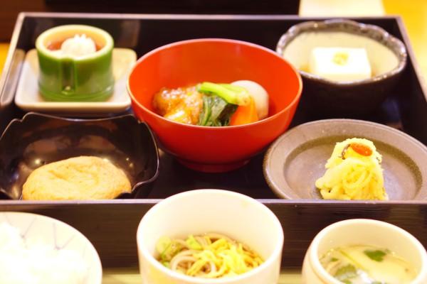 1日目夕食。 見えないけどお魚の味噌煮もついてます。