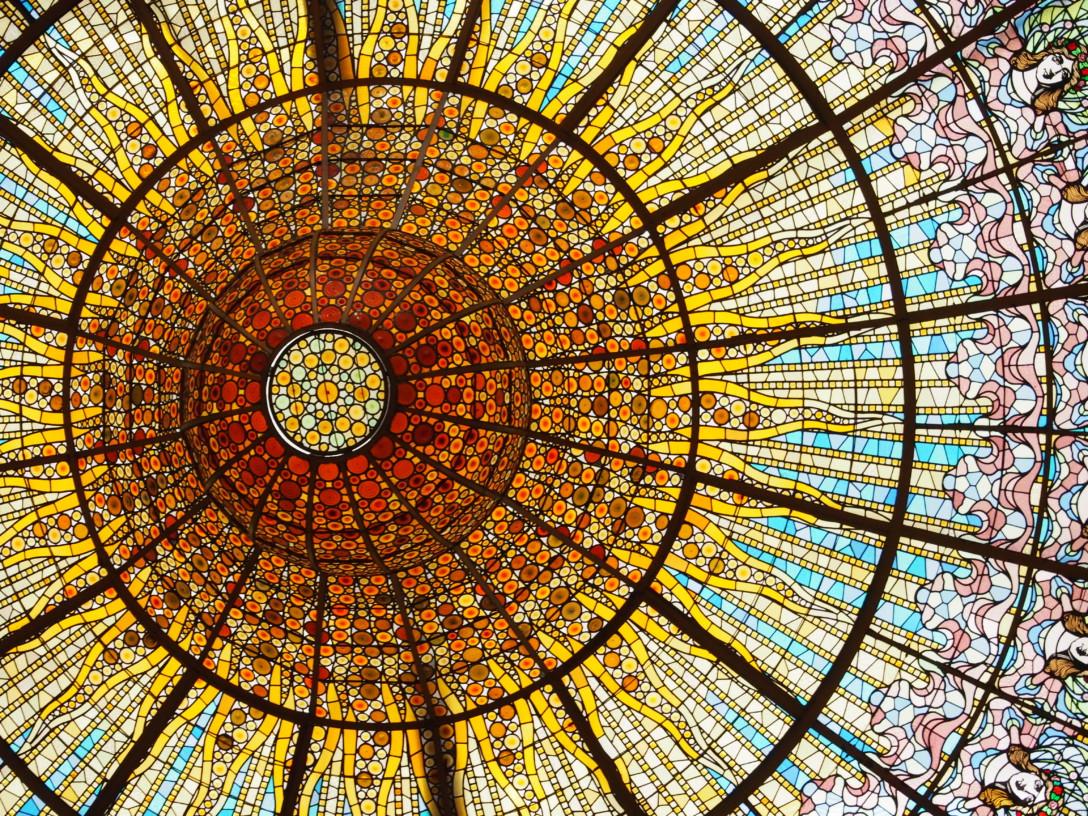 カタルーニャ音楽堂のホールの天井のステンドグラスです。