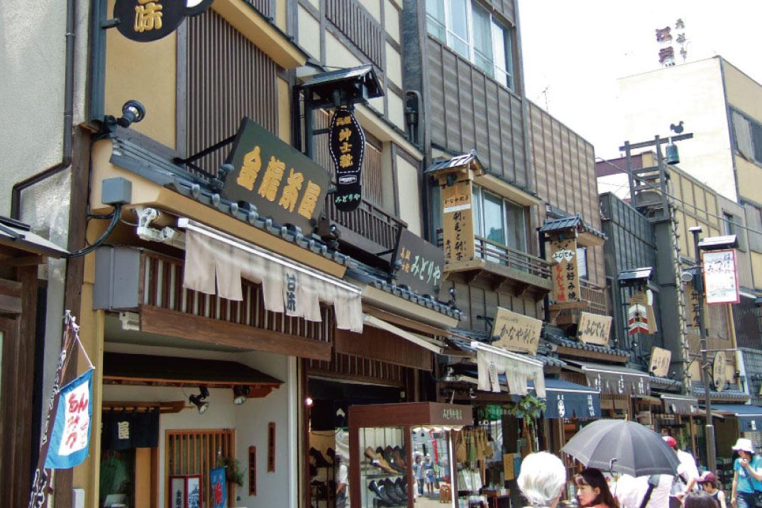 浅草のおもしろ商店街、伝法院通り。