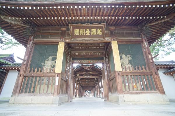 回廊の向こうには御影堂。 西院と東院を繋いでいます。