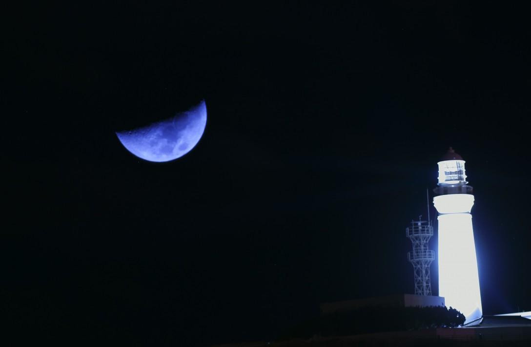 300mmレンズを持って行っていたので、月も撮影してみました。望遠は不慣れでブレやすさにびっくりしました。